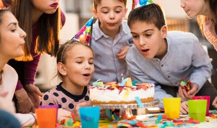 Fünf lustige Spiele für den Kindergeburtstag, die nicht viel kosten